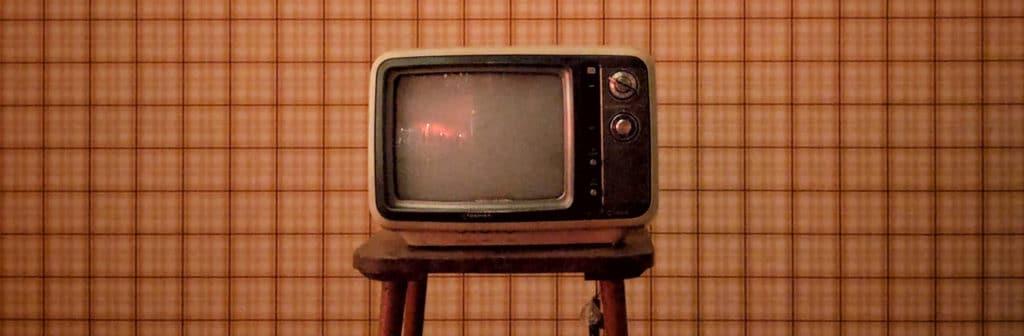TV télévision posée sur un meuble